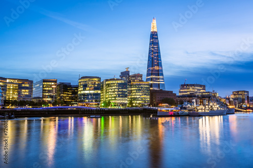 Photo  Thames River Embankment and London Skyline at Sunset, United Kin