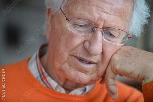 primo piano di anziano che legge Wallpaper Mural