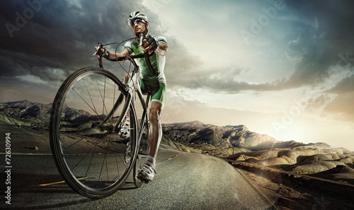 La pose en embrasure Cyclisme Sport. Road cyclist