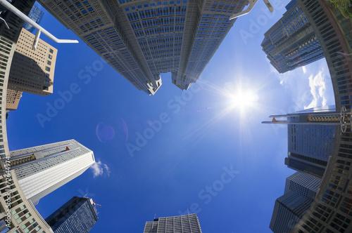 Fotografie, Obraz  快晴青空と太陽 東京都庁と新宿高層ビル街を見上げる フィシュアイ