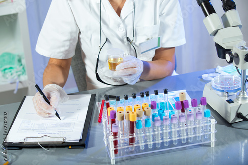 Fotografía  A woman holding a urine sample in his hand
