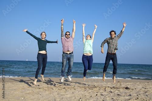 Fotografie, Obraz  Amigos saltando sobre la arena de la playa