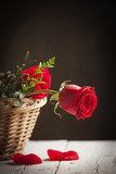 Czerwone róże w koszu na czarnym tle