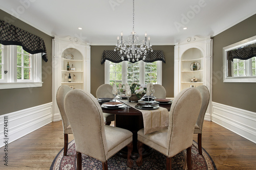 Fotografía  Dining room with white cabinetry
