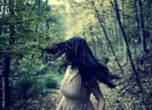 Photo  Scared girl running in the forest