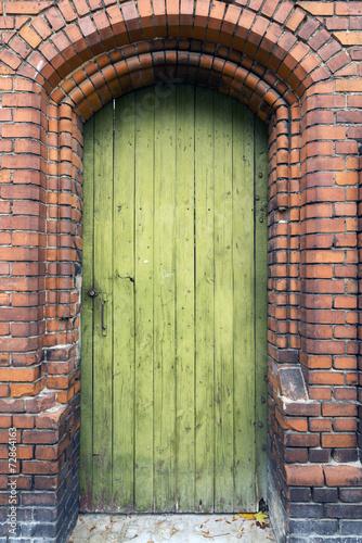 wyblakle-zzolkniale-stare-drewniane-drzwi