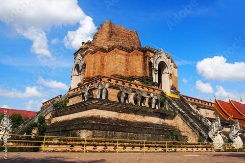 In de dag Bedehuis Ancient pagoda at Wat Chedi Luang temple in Chiang Mai, Thailand