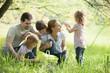 canvas print picture - Familie rastet auf einer Wiese