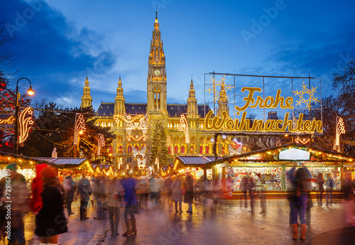 Tuinposter Wenen Rathaus and Christmas market in Vienna