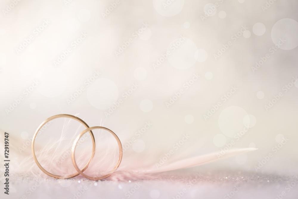 Zwei Goldene Hochzeit Ringe Und Feder Licht Weichen