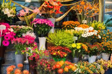 Ulična cvjećara sa šarenim cvijećem