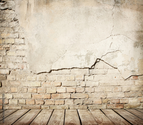 Foto op Aluminium Wand Cracked brick wall with wooden floor