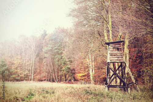 Photo sur Aluminium Chasse Retro filtered photo of a hunting pulpit in forest.