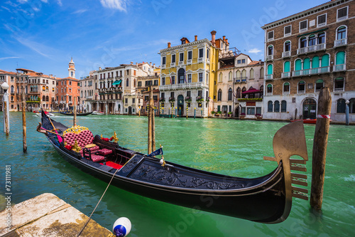 Photo sur Toile Gondoles Tourists travel on gondolas at canal