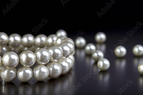 Photo white pearls necklace on black
