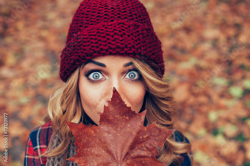 Obraz beautiful blonde with leaf in front of face - fototapety do salonu