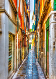 Wąska kamienna ulica w Wenecji we Włoszech. Przetwarzanie HDR - 73166198