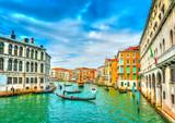 Ruch drogowy od gondoli w Głównym kanale Wenecja Włochy. Proces HDR - 73167579