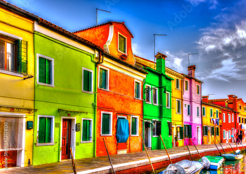 Photo  colorful houses in a raw at Burano island near Venice Italy. HDR