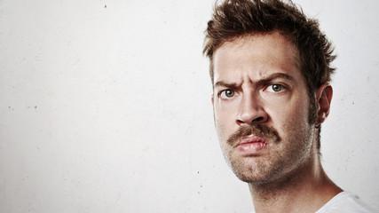 Portret gniewny mężczyzna z wąsy