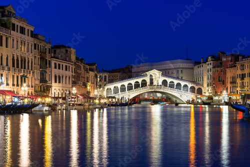 Poster Venise Night view of Rialto bridge and Grand Canal in Venice. Italy
