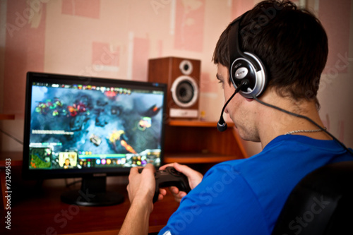 Plakat  Man playing a computer games