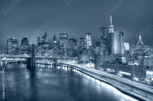 nocny-widok-na-manhattan-i-brooklyn-bridge