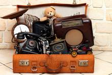 Antiker Koffer Voll Mit Antiken Gegenständen
