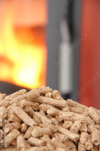 In de dag Vuur roter Kaminofen mit Pellets im Hochformat