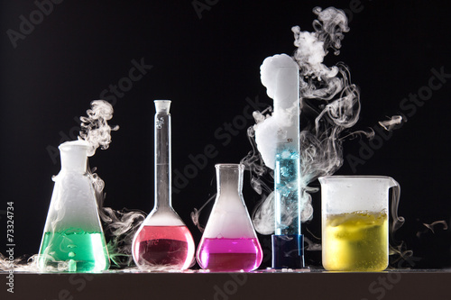 Fotografia  Glass in a chemical laboratory filled with colored liquid during