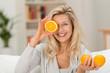 canvas print picture - sympathische frau liebt gesunde ernährung