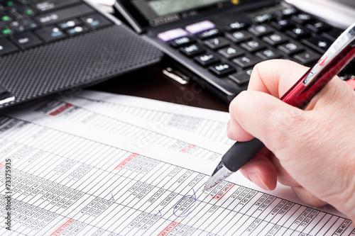 Fotografía  Mujer de negocios que trabaja con documentos en la oficina