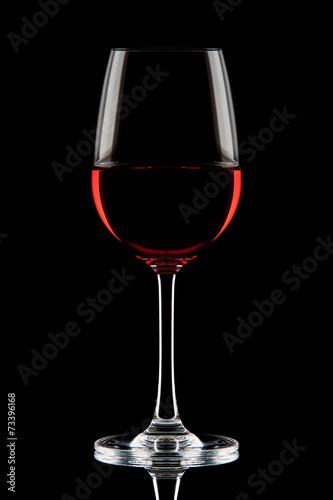 czerwone-wino-w-szklance