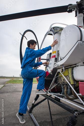 Photo sur Aluminium Vache Young woman helicopter pilot.