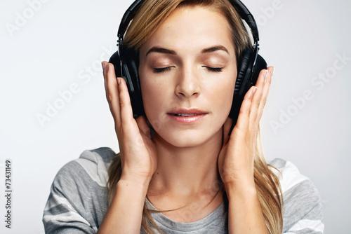 Photo  Music portrait woman