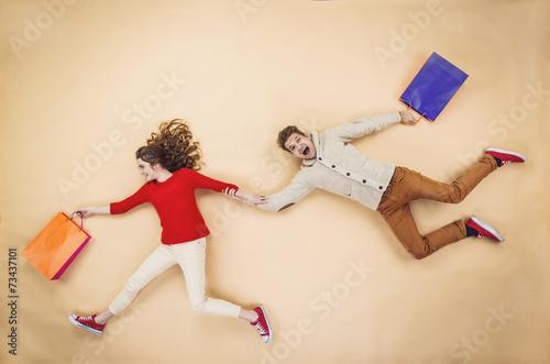 Fotografía  Christmas couple with shopping bags
