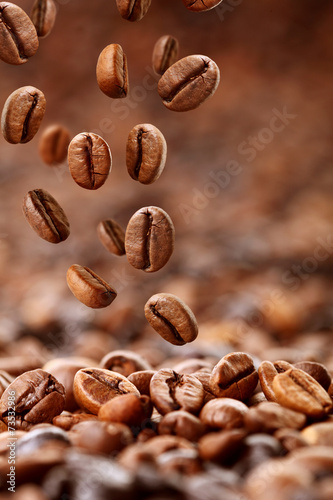 фотографія  fallende Kaffeebohnen