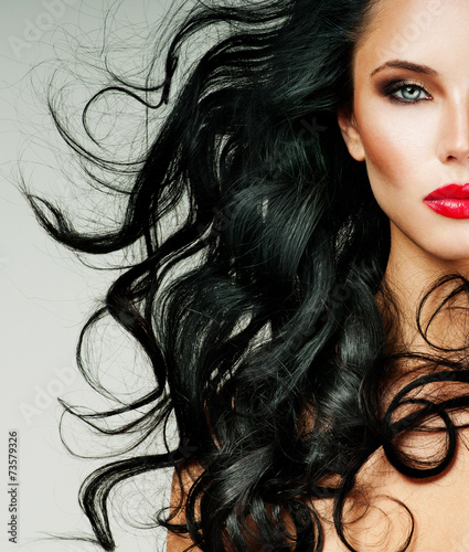 Foto brunette with long hair and red lipstick