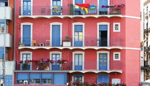 Fachada de color rosa en Girona