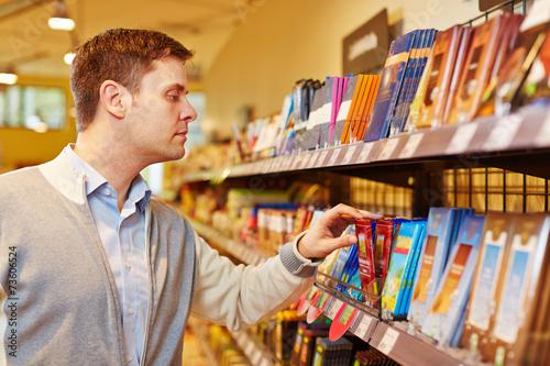 Photo  Mann kauft Schokolade im Supermarkt