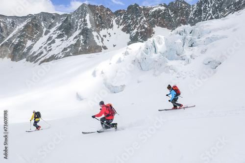 Valokuva  Drei Telemarker bei der Abfahrt