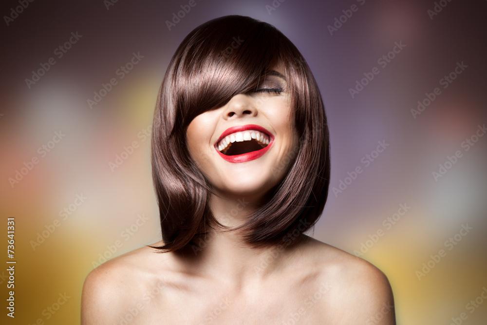 Fotografie, Obraz  Usmívající se krásná žena s hnědými krátkými vlasy