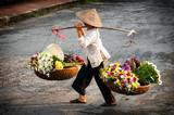 Życie sprzedawcy kwiaciarni na małym rynku w HANOI, Wietnam - 73675193