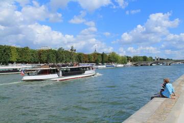 Fototapeta na wymiar Touristes sur les quais de seine à Paris
