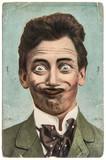 zabawny przystojny mężczyzna z szalonym uśmiechem - 73692559