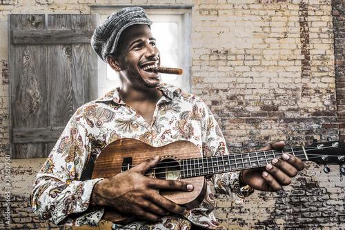 kubanski-muzyk-grajacy-piosenke-i-palacy-cygaro