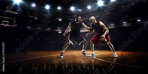 dwoch-koszykarzy-w-akcji