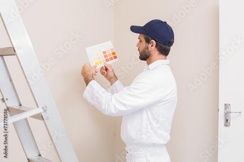 Fotografía  Painter holding a colour chart