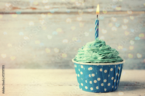 Photo Delicious birthday cupcake on wooden table