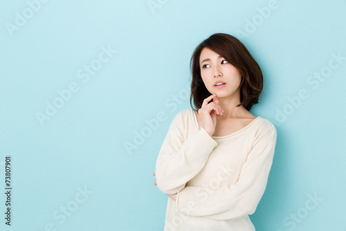 Fotografía  attractive asian woman thinking on blue background